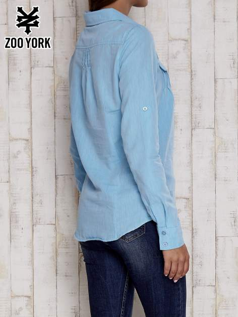 Niebieska koszula a la denim z podwijanymi rękawami                                  zdj.                                  4