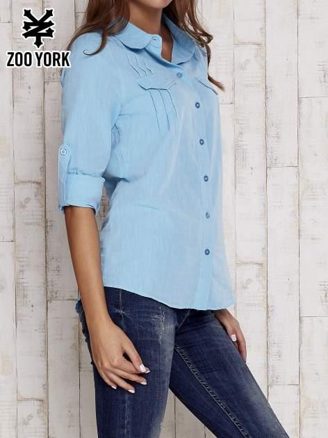 Niebieska koszula a la denim z podwijanymi rękawami                                  zdj.                                  5
