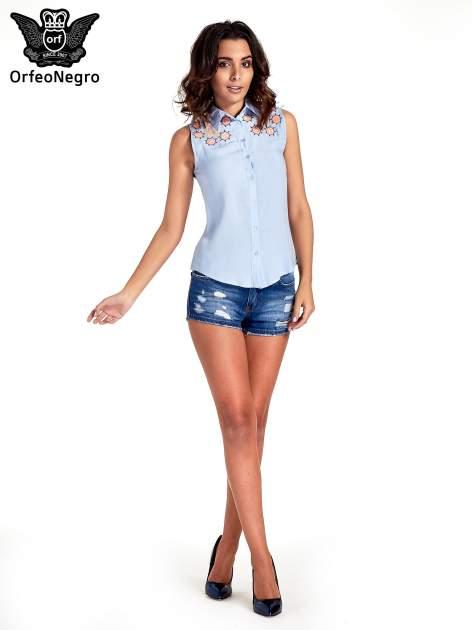 Niebieska koszula bez rękawów z kolorowym haftem na górze                                  zdj.                                  4
