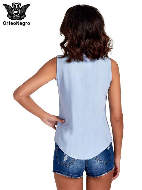 Niebieska koszula bez rękawów z kolorowym haftem na górze                                  zdj.                                  2