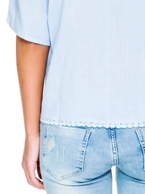 Niebieska koszula nietoperz z ażurowaniem na dole                                  zdj.                                  6