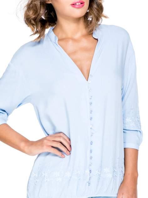 Niebieska koszula w stylu boho z kwiatowym haftem                                  zdj.                                  5