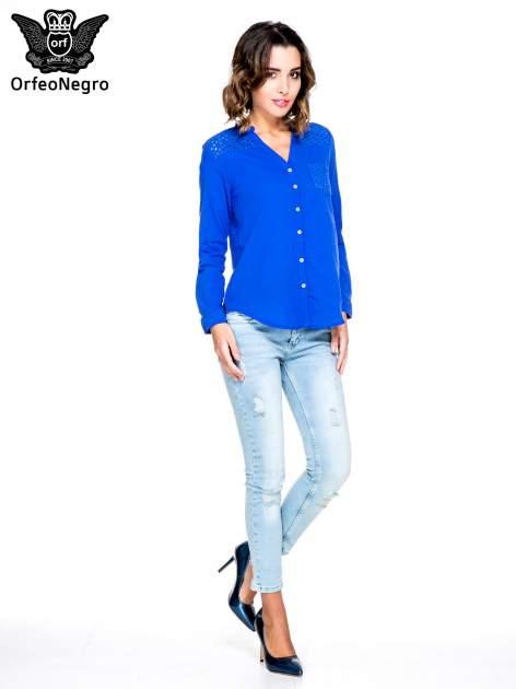 Niebieska koszula z ażurowaniem na górze i kieszonką                                  zdj.                                  2