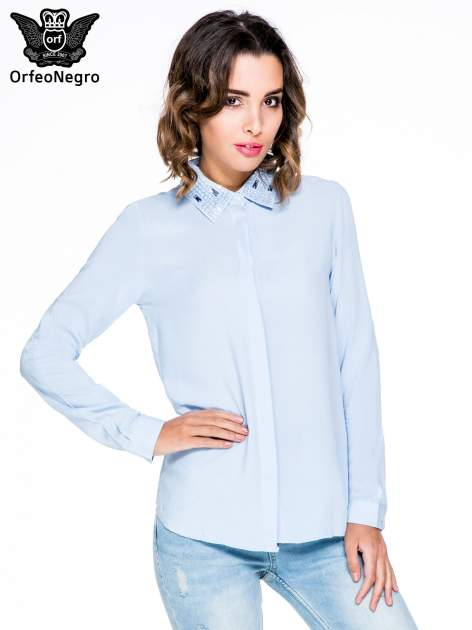 Niebieska koszula z biżuteryjnym kołnierzykiem