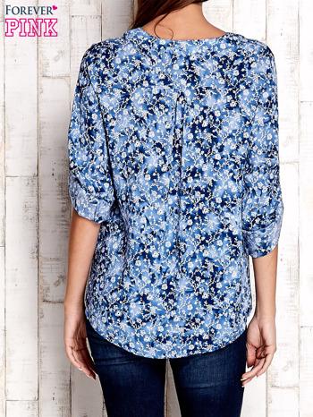 Niebieska koszula z kwiatowym nadrukiem                              zdj.                              2