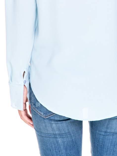 Niebieska koszula z wycięciem na plecach                                  zdj.                                  6