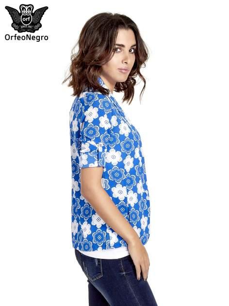Niebieska koszulonarzutka we wzór w kwiaty                                  zdj.                                  5