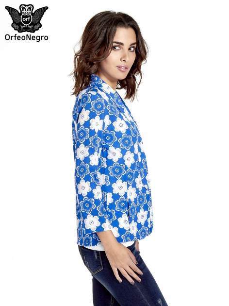 Niebieska koszulonarzutka we wzór w kwiaty                                  zdj.                                  3