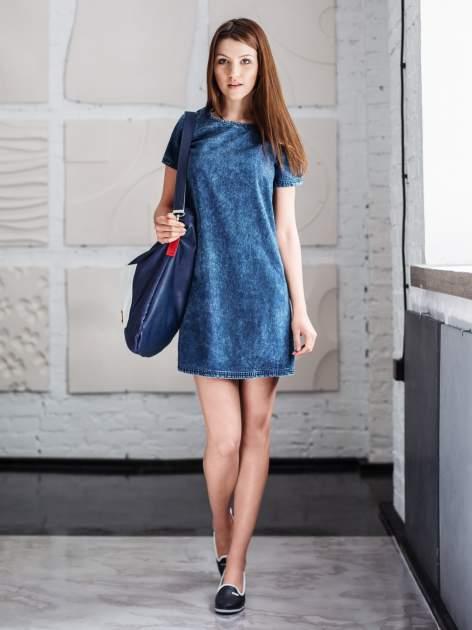 Niebieska prosta sukienka jeansowa z efektem marmurkowym                                  zdj.                                  5
