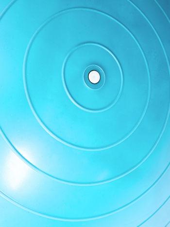Niebieska średnia piłka do fitnessu                                  zdj.                                  4