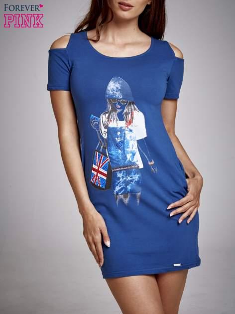 Niebieska sukienka dresowa cut out shoulder z nadrukiem dziewczyny                                  zdj.                                  1