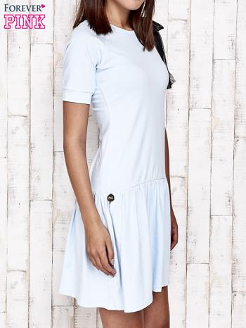 Niebieska sukienka dresowa z kokardą z tiulu                                  zdj.                                  3