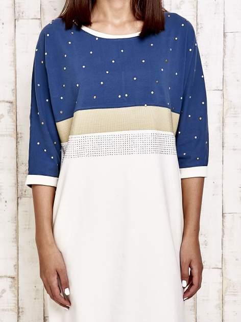 Niebieska sukienka dresowa z kryształkami i dżetami                                  zdj.                                  5