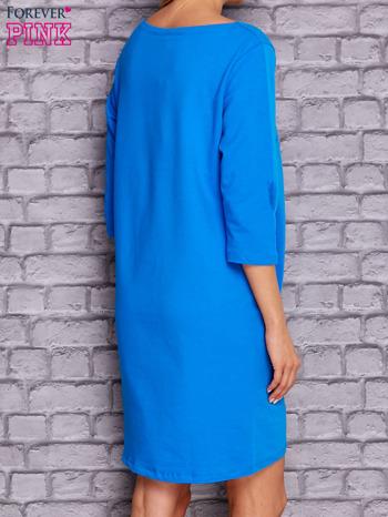 Niebieska sukienka z naszywkami                              zdj.                              4