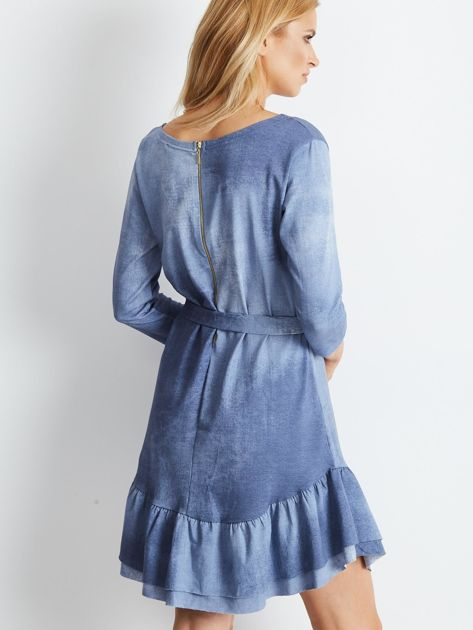 Niebieska sukienka z paskiem i falbaną                              zdj.                              3
