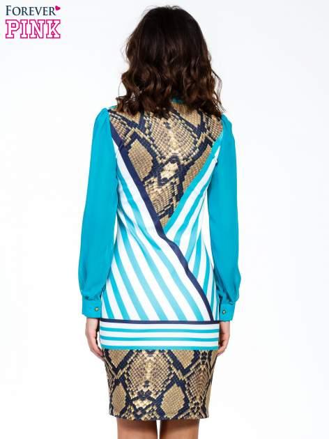 Niebieska sukienka z  wiązaniem przy dekolcie i nadrukiem skóry węża                                  zdj.                                  4