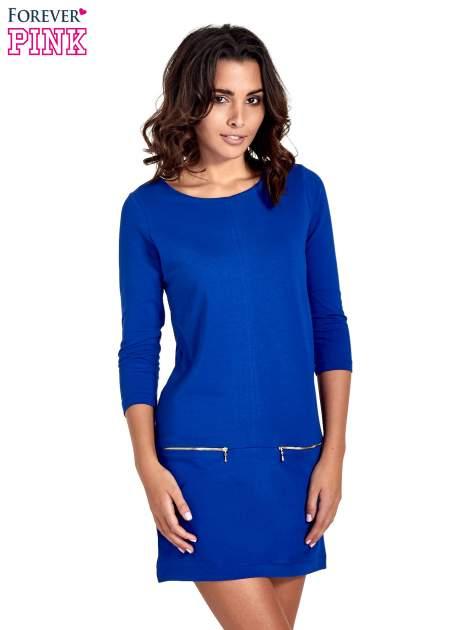 Niebieska sukienka ze złotymi suwakami