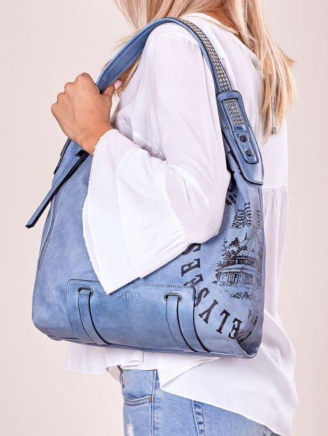 Niebieska torba z ćwiekami na pasku i nadrukiem                              zdj.                              5