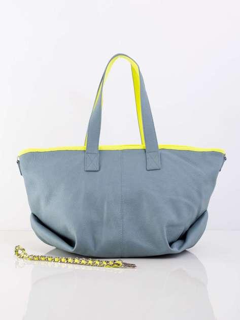 Niebieska torba z ozdobnym paskiem