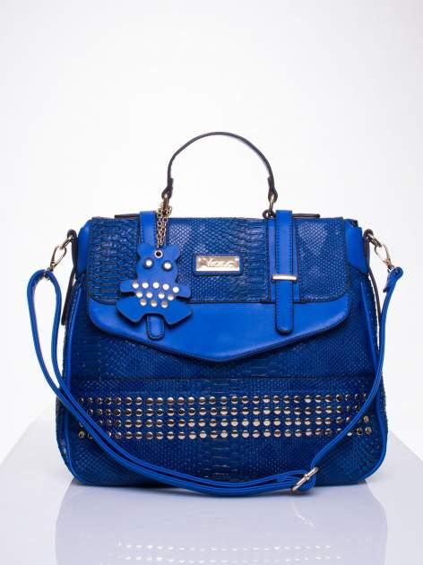 Niebieska torba z zawieszką z motywem skóry węża                                  zdj.                                  1