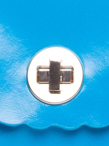 Niebieska torebka listonoszka z falowanym wykończeniem                                  zdj.                                  7