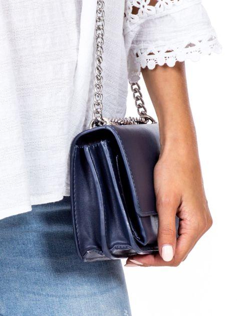 Niebieska torebka na łańcuszku                              zdj.                              3