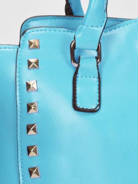 Niebieska torebka na ramię z dżetami                                  zdj.                                  9