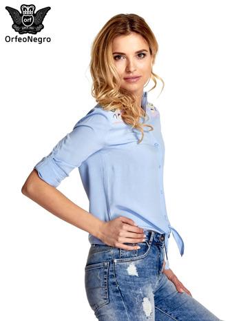 Niebieska wiązana koszula z aplikacjami na ramionach                                  zdj.                                  5