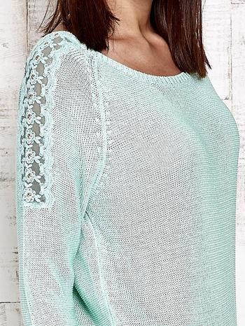 Niebieski błyszczący sweter z koronkowymi wstawkami                                  zdj.                                  5
