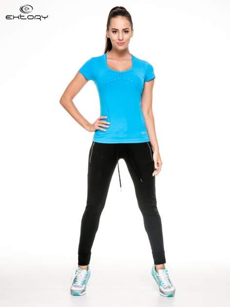 Niebieski damski t-shirt sportowy z dżetami                                  zdj.                                  2