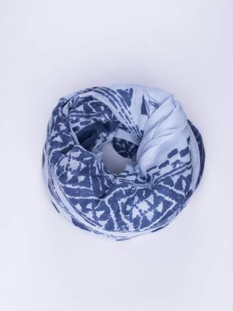 Niebieski duży szal w przetarty geometryczny wzór
