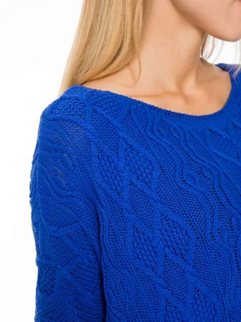Niebieski dziergany długi sweter o kroju oversize                                  zdj.                                  6