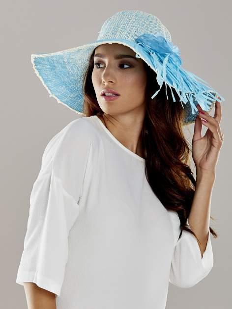 Niebieski kapelusz słomiany z dużym rondem i kwiatem                                  zdj.                                  1