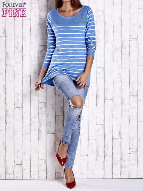 Niebieski luźny sweter w paski z ażurowym dekoltem                                  zdj.                                  4