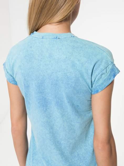 Niebieski marmurkowy t-shirt z nadrukiem DORK                                  zdj.                                  6