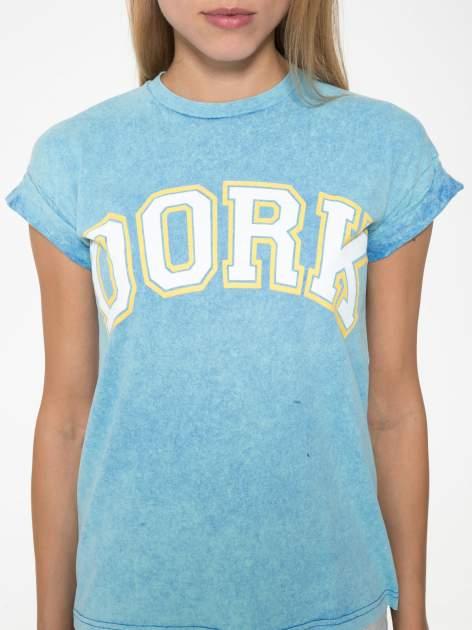 Niebieski marmurkowy t-shirt z nadrukiem DORK                                  zdj.                                  7