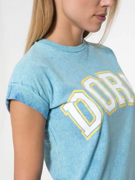 Niebieski marmurkowy t-shirt z nadrukiem DORK                                  zdj.                                  8