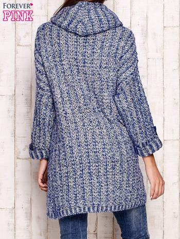Niebieski melanżowy sweter z szerokim golfem i kieszeniami                                   zdj.                                  4