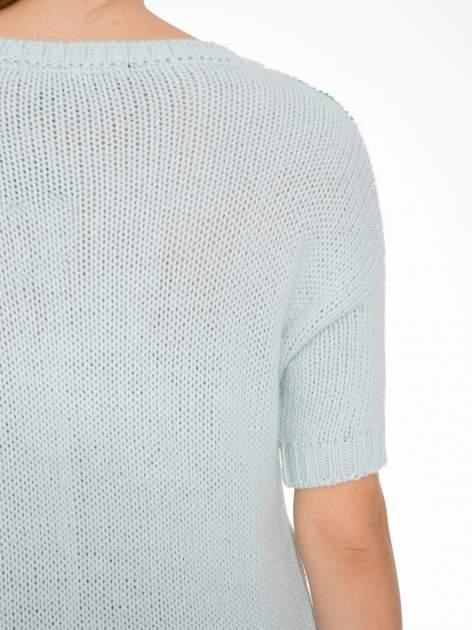 Niebieski patchworkowy sweter z krótkim rękawem                                  zdj.                                  7