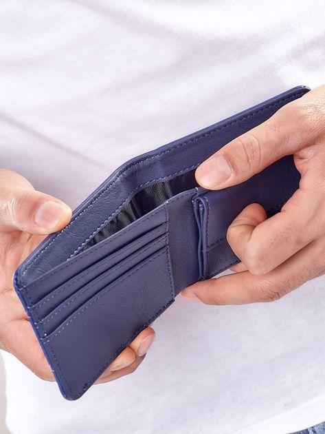 Niebieski portfel męski z tłoczeniami                              zdj.                              3