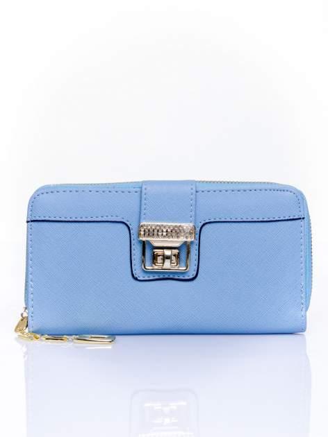 Niebieski portfel z ozdobnym zapięciem i złotym uchwytem