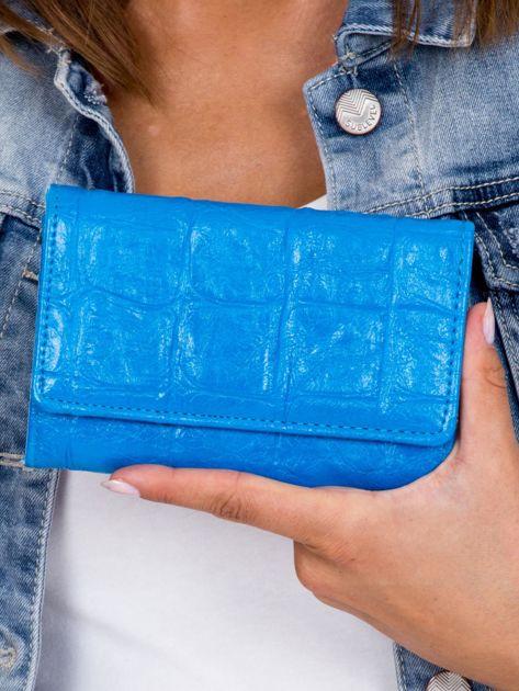 Niebieski portfel z tłoczonym motywem animal skin