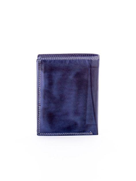 Niebieski skórzany portfel z okrągłym tłoczonym emblematem                              zdj.                              2