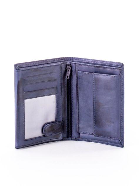 Niebieski skórzany portfel z okrągłym tłoczonym emblematem                              zdj.                              4