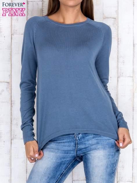 Niebieski sweter z dłuższym tyłem i zakładką na plecach                                  zdj.                                  1