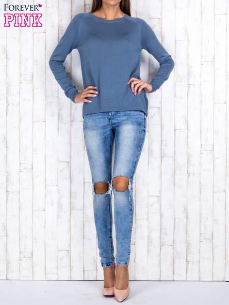 Niebieski sweter z dłuższym tyłem i zakładką na plecach                                  zdj.                                  4