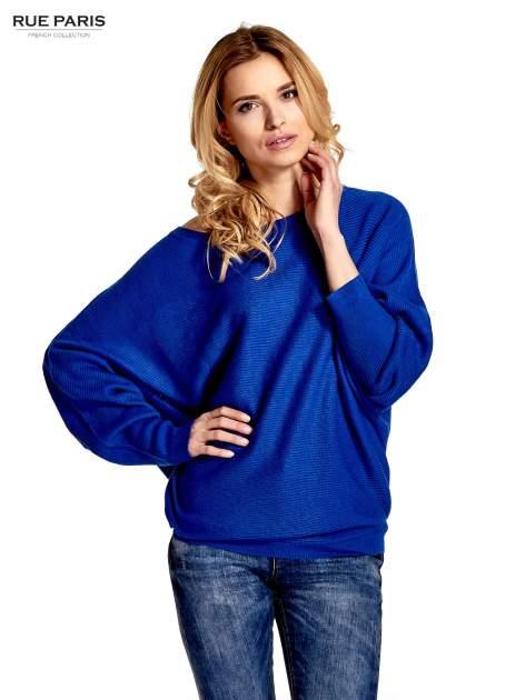 Niebieski sweter z nietoperzowymi rękawami