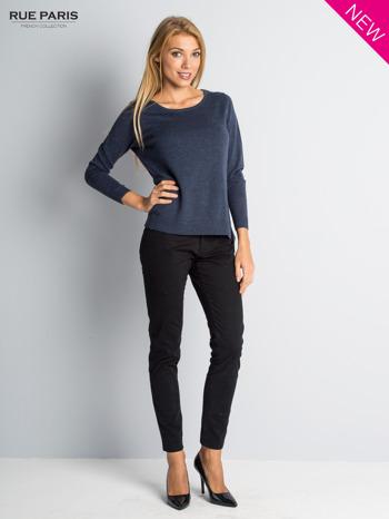 Niebieski sweter z rozporkami i dłuższym tyłem