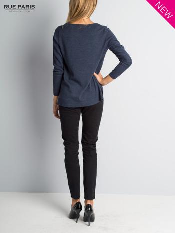 Niebieski sweter z rozporkami i dłuższym tyłem                                  zdj.                                  3