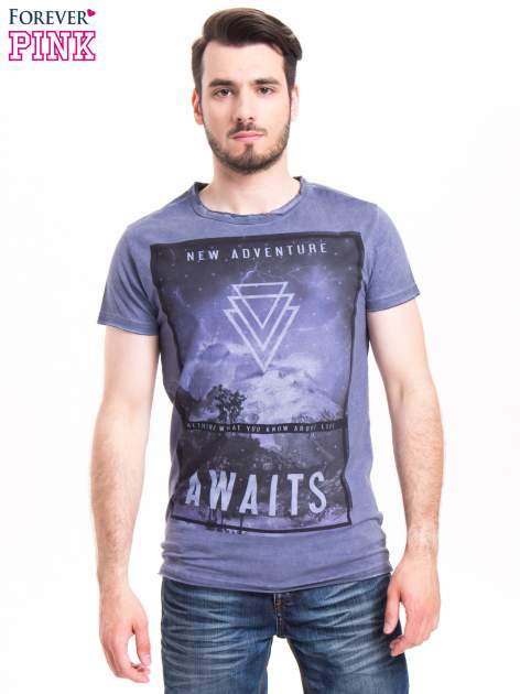 Niebieski t-shirt męski z nadrukiem NEW ADVENTURE AWAITS                                  zdj.                                  1